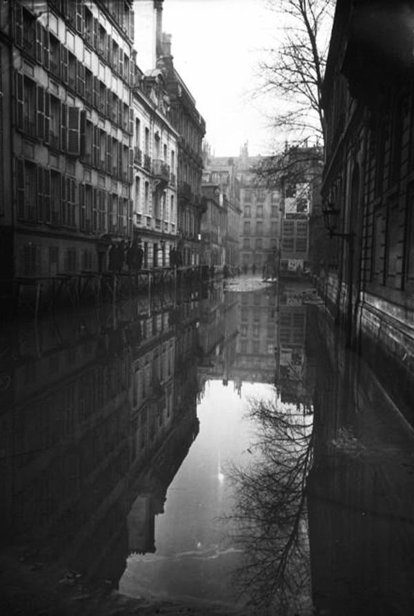 Paris_1910_Inondation_rue_de_Poitiers